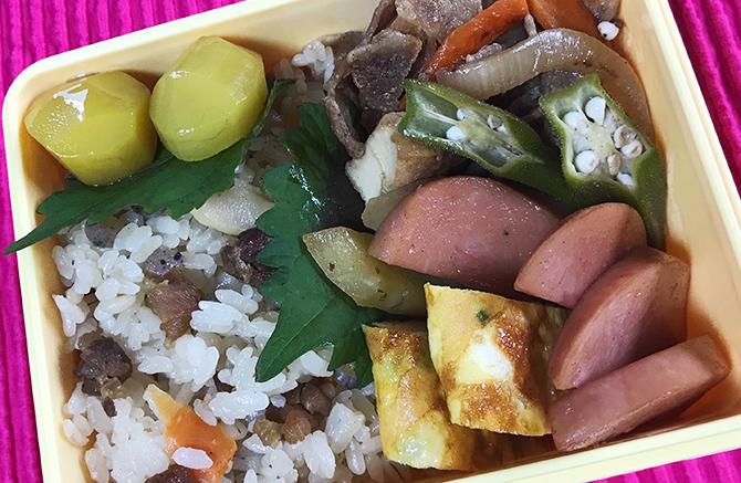 炊き込みご飯と豚肉の甘酢炒め弁当